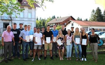 Die Absolventen zusammen mit ihren Ausbildern im Garten des Gasthauses zur alten Tenne